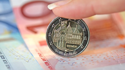 Ein 2-Euro-Stück mit Bremer Motiven auf mehrerern Euro-Banknoten.