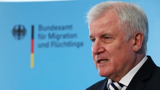 Horst Seehofer (CSU) Bundesinnenminister vor dem Schriftug des BAMF