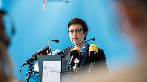 Jutta Cordt, Präsidentin des Bundesamts für Migration und Flüchtlinge (Bamf), äußert sich in der Berliner Bamf-Außenstelle zu den Vorgängen in der Außenstelle Bremen.