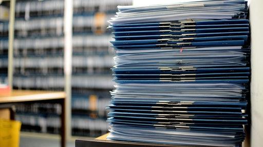 Regale voll mit Akten von Antragstellern stehen im BAMF.