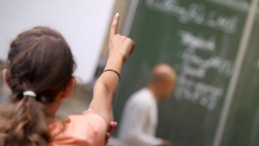 Eine Schülerin meldet sich im Unterricht.
