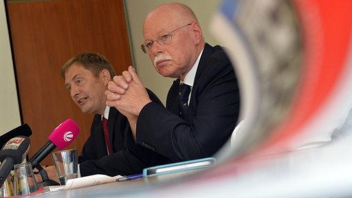 Bremens Innensenator Ulrich Mäurer (SPD) sitzt auf einem Podium, während einer Pressekonferenz.