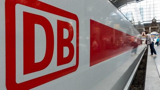 Ein Intercity-Zug steht an einem Bahnhof