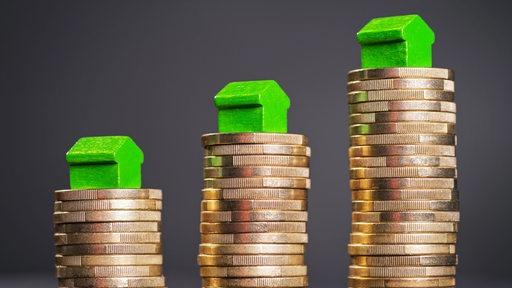 Grüne Spielfiguren stehen auf Münzen