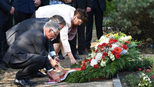 Carsten Sieling, Armin Laschet und Niedersachsens Europaministerin Honé legen Kränze am Grab von Silke Bischoff nieder
