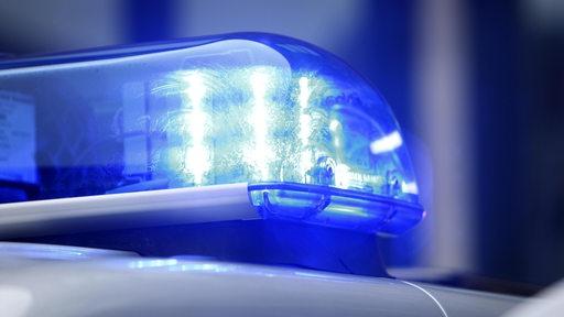 Das Blaulicht eines Polizeiautos blinkt.