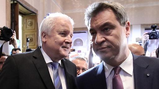 CSU-Chef Horst Seehofer und Bayerns Ministerpräsident Markus Söder (auch CSU) stehen nebeneinander. Fotografen und Kameraleute umringen sie.