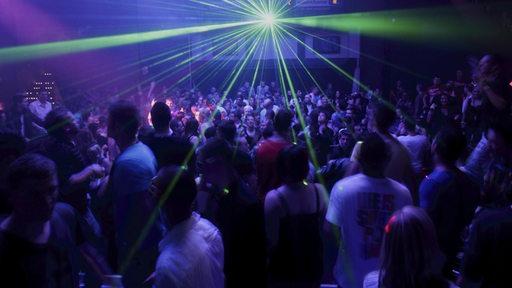 Lasershow in einer Diskothek.