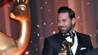 Claudio Pizarro freut sich über den Bambi