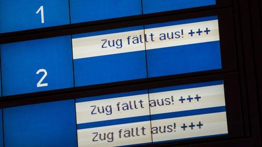 Zugausfälle auf Anzeigetafel am Bahnhof