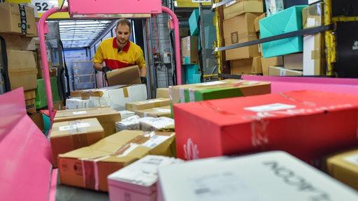 Pakete werden in einem Verteilzentrum sortiert.