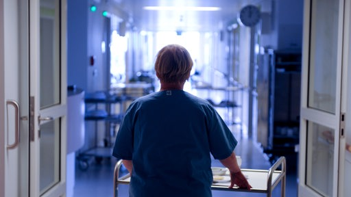Pflegekraft in einem Krankenhaus