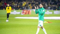Sahin applaudiert bei seiner Verabschiedung den Dortmunder Fans auf der Tribüne.