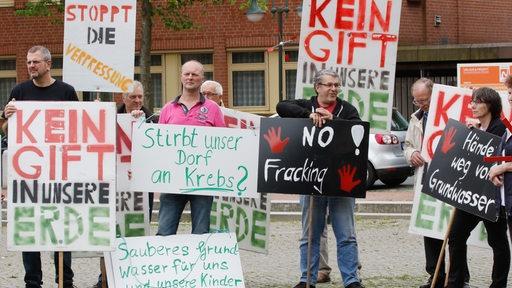 Gegner des Erdgasfrackings demonstrieren am 27.06.2016 in Rotenburg an der Wümme (Niedersachsen) mit Plakaten vor dem Rathaus.