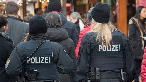 Zwei Polizistinnen laufen Streife.