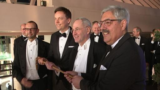 Bremens Wirtschaftssenator Martin Günthner (SPD) (li.), Bremerhavens Oberbürgermeister Melf Grantz (SPD) (re.), Eiswettpräsident Patrick Wendisch (2. v. r.)