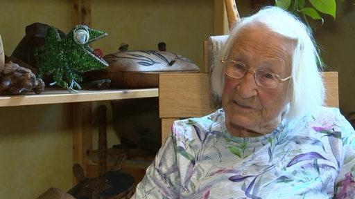 Die neunzig jährige Rentnerin erzählt über ihre Erfahrungen in Namibia.
