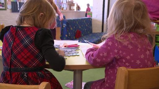 Zwei Kinder im Kindergarten.