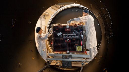 Ingenieure arbeiten an dem Forschungssatellieten Eu-Cropis