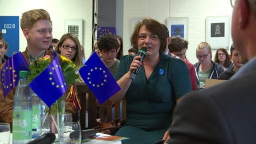 Am Schulzentrum Utbremen war Hendrike Müller auf Wahlfang. Im Vordergrund sind kleine EU-Flaggen zu sehen.