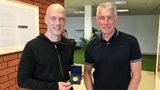 Ex-Werder-Spieler Fabian Ernst erhält seine Auszeichnung zum Tor des Monats von seinem Jugendtrainer Mirko Slomka.