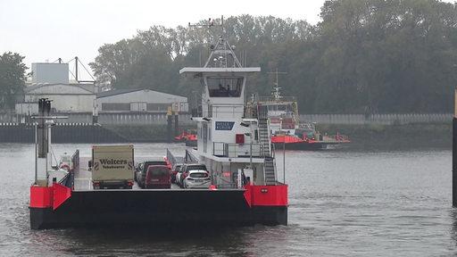 EIne Fähre transport Autos über die Weser.