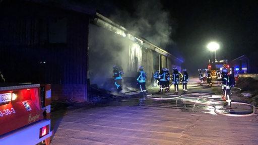 Feuer löscht einen brennenden Ferkelstall in einem Ortsteil von Vechta.
