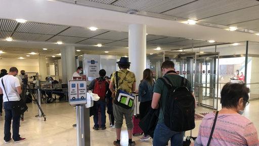 Menschenschlange vor Coronatest-Station im Flughafen Bremen
