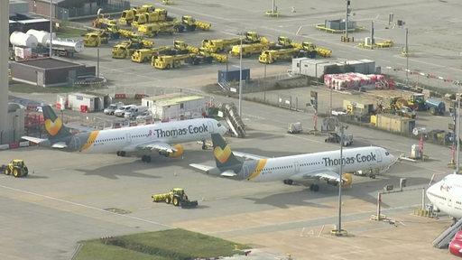 Zwei Flugzeuge von Thomas Cook auf einem Flughafen