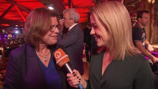 Wirtschaftssenatorin Kritina Vogt und buten un binnen Reporterin Lea Reinhard beim Freimarkt.