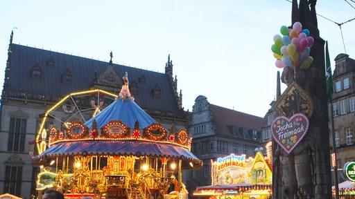 Mit Luftballons und Lebkuchenherz geschmückte Roland-Statue auf dem Marktplatz.