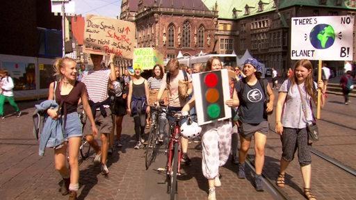 Einige Jugendliche demonstrieren in der Bremer Innenstadt