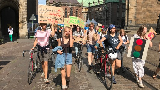 Demonstranten bei einer Fridays for Future-Demonstration in Bremen.