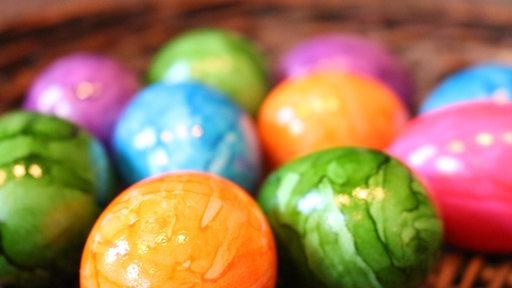 Bunt gefärbte Eier.