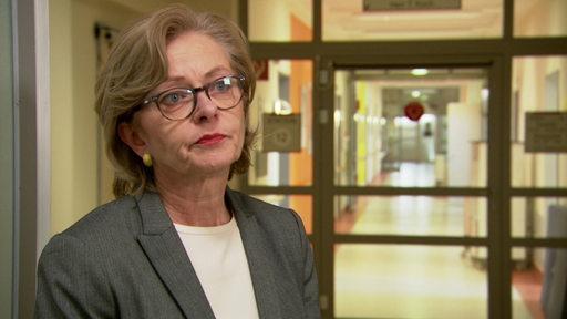 Zu sehen ist die Geschäftsführerin der Gesundheit Nord Jutta Dernedde im Interview.