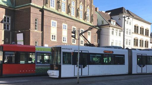 Straßenbahnen fahren an der Glocke vorbei (Archivbild)