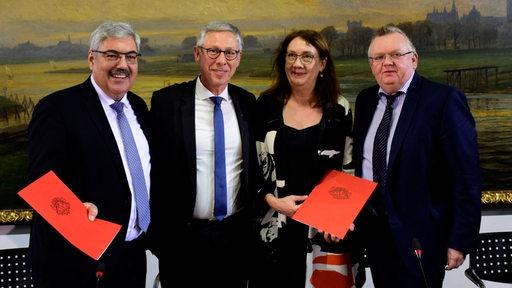 Melf Grantz, Carsten Sieling, Karoline Linnert und Torsten Neuhoff lächeln in die Kamere