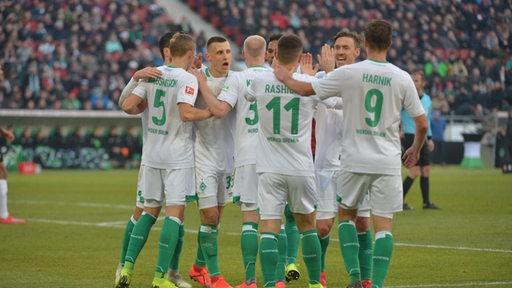 Werder jubelt nachdem Milot Rashica in Hannover die Führung erzielt hat.