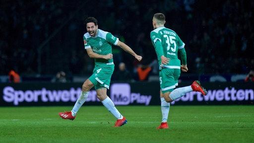 Pizarro und Eggestein bejubeln ausgelassen Pizarros Rekordtreffer gegen Hertha.