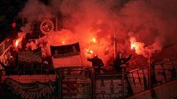 Pyrotechnik im Bremer Gästeblock zu Beginn der zweiten Halbzeit beim Spiel Fortuna Düsseldorf gegen Werder Bremen