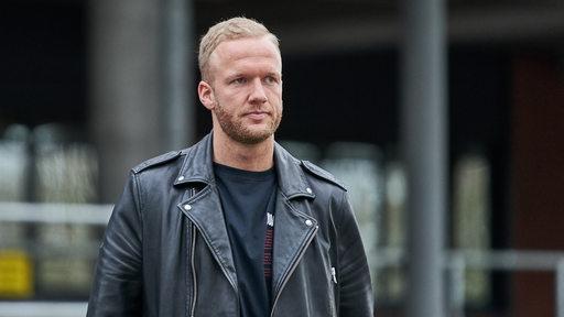 Kevin Vogt geht vor dem Weser-Stadion lang.
