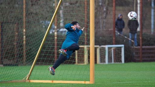 Pizarro spielt im Training den Torwart und hechtet einem Ball hinterher.