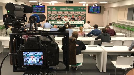 Die Werder-PK aus der Perspektive hinter den Kameraleuten.