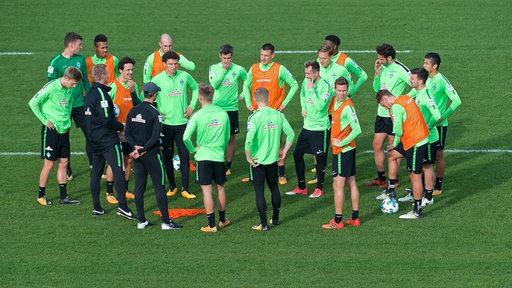 Werder-Trainer Alexander Nouri bei einer Besprechung umringt von seinen Spielern während des Trainings.