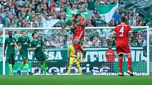 Kopfballduell zwischen Delaney und Bayerns Tolisso