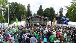 Werders Europapokalsieger von 1992 präsentieren sich beim Tag der Fans auf der Bühne.