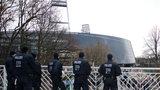 Eine Reihe von Polizisten, die sich am Rande des Weser-Stadions vor einem Werder-Spiel formieren.