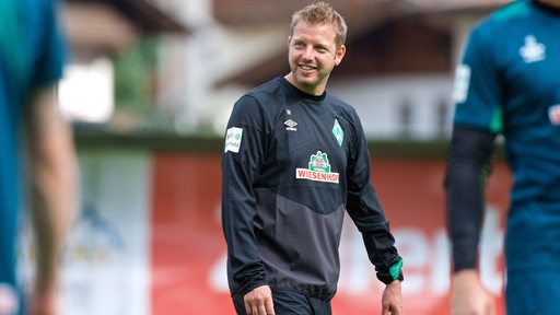 Florian Kohfeldt gut gelaunt am Rande des Trainings.