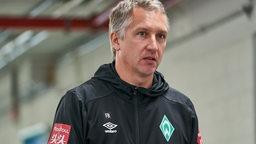 Frank Baumann läuft durch die Katakomben des Düsseldorfer Stadions.