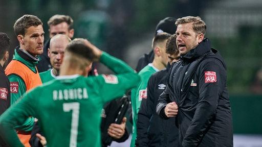 Florian Kohfeldt nach der Niederlage mit deutlicher Ansprache an seine Spieler, die bedröppelt dastehen.